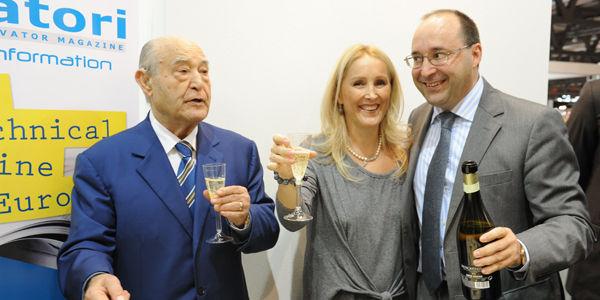 El Ingeniero Giuseppe Volpe brinda con los hijos Maria y Matteo en ocasiòn de los 40 anos de la revista Elevatori