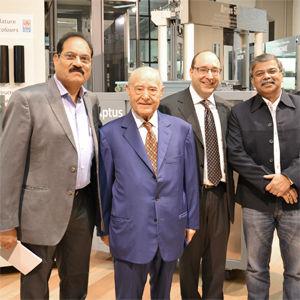 Algunos clientes indianos en el showroom de IGV juntos al Presidente y al Gerente Generl de IGV